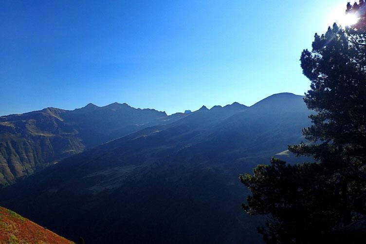 A l'Est et derrière la crête, le Pic du Midi pointe le bout de son sommet.
