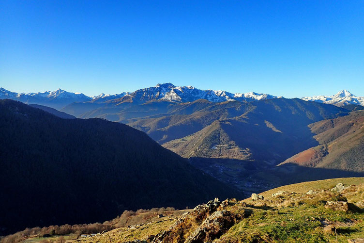 A droite le Pic du Midi. Au centre, l'Arbizon.
