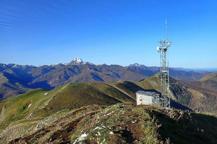 Le Pic du Midi est bien enneigé.