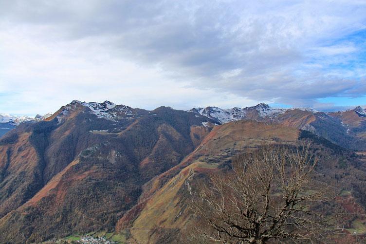 En face, le Pic de Gerbe. Et plus loin à gauche, le Pic de Sesques légèrement enneigés.