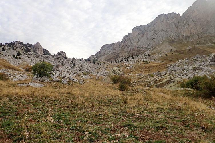 Il faut longer la barre rocheuse jusqu'au col de Forato...