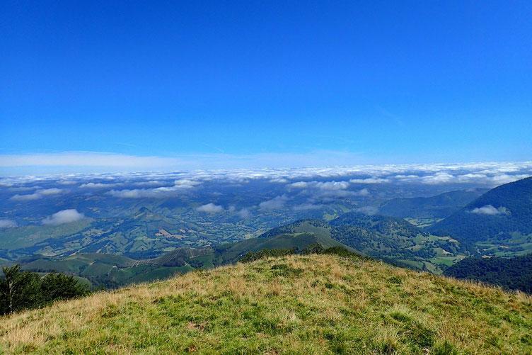 Vers la vallée où les nuages se désagrègent de plus en plus.