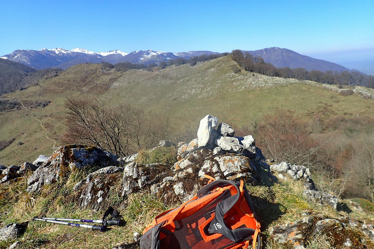 Arrivée au sommet du Coussaout. Et vue sur la suite de la rando avec le Pic de Taulemale et le Mont Rouy tout au fond.