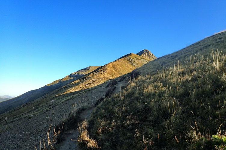 Juste derrière l'Orhy Chipia, le Pic d'Orhy se détache sur le ciel bleu.