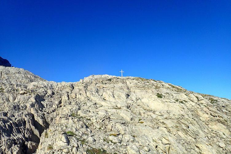 Quelque part, au milieu des Arres d'Anie. Heureusement qu'il y a quelques cairns... et une croix.