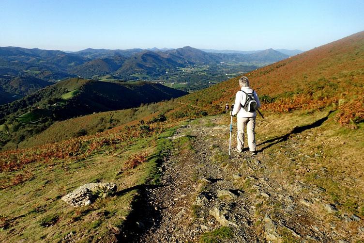 Descente à flanc qui permet d'avoir de superbes paysages en permanence sous les yeux. Et cerise sur le gâteau (basque), on est moins exposé au vent.