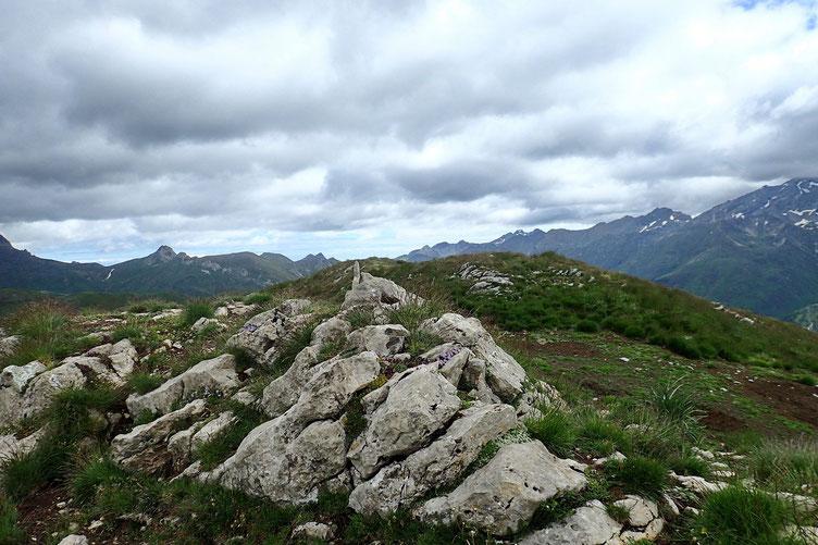 En fait, le sommet n'est pas très bien identifié. Il y a plusieurs cairns sommitaux, dont deux principaux. A quelques centimètres près ils sont à la même altitude.
