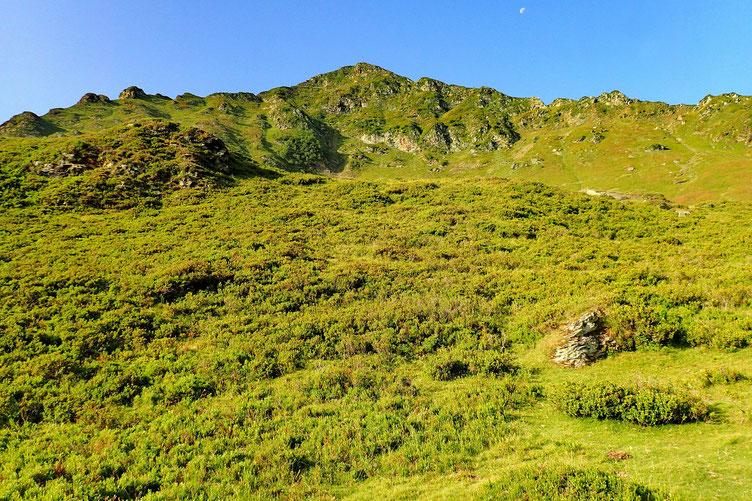 Le Pène Malo, derrière lequel se cachent les lacs du Montaigu.