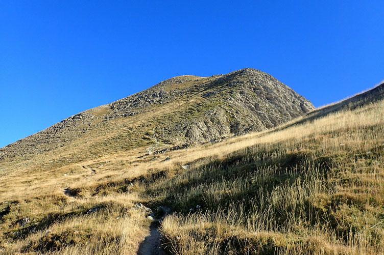 Deux options se présentent pour l'accès au sommet : soit le passage en flanc, avec montée jusqu'à un petit col et ascension, soit monter directement.
