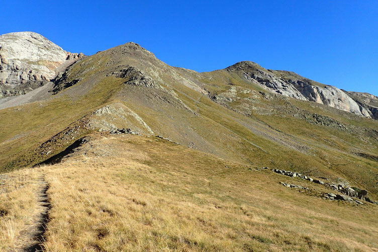 Le Pic St André est à droite. Il faut monter le long de la crête...