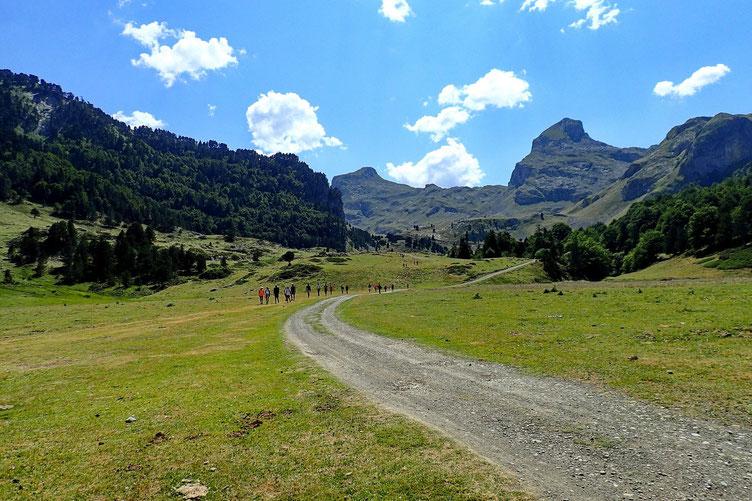"""Nous arrivons au bout de la plaine. Vacances + week-end + beau temps : beaucoup de monde sur le parcours. Nous allons commencer à monter """"gentiment"""" jusqu'aux Cabanes de la Hosse (1713 m).."""