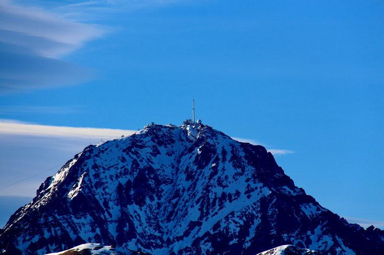 Zoom sur le Pic du Midi, sans trop de neige pour un mois de janvier...