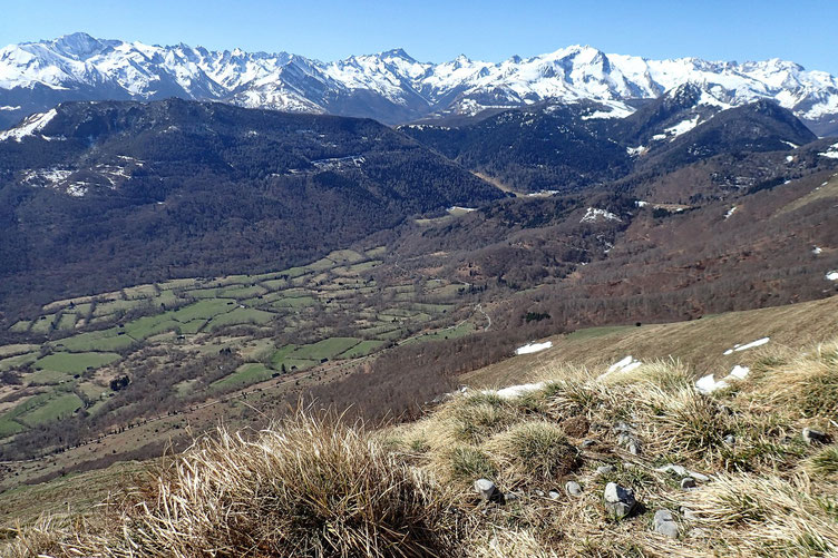 En bas, la Vallée de Bergon. Et au centre de la photo, le Balaïtous.