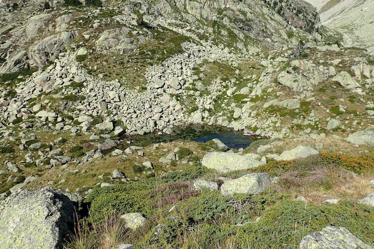 Au pied de l'éminence, un petit lac ou je vais pouvoir me reposer un peu et casser la croûte.