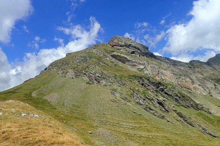 Et me promène un peu sur la crête dans l'alignement. Ce qui me permet d'avoir une belle vue sur le Pic de Lary.