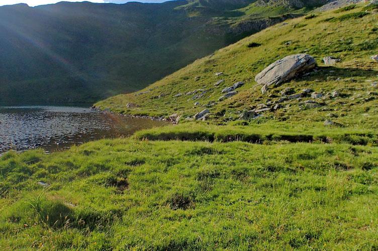 J'avais repéré cet emplacement lors de la descente. Proche du lac avec petit torrent pour me ravitailler en eau.