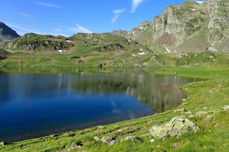 Et juste derrière, le Lac de Gentau.