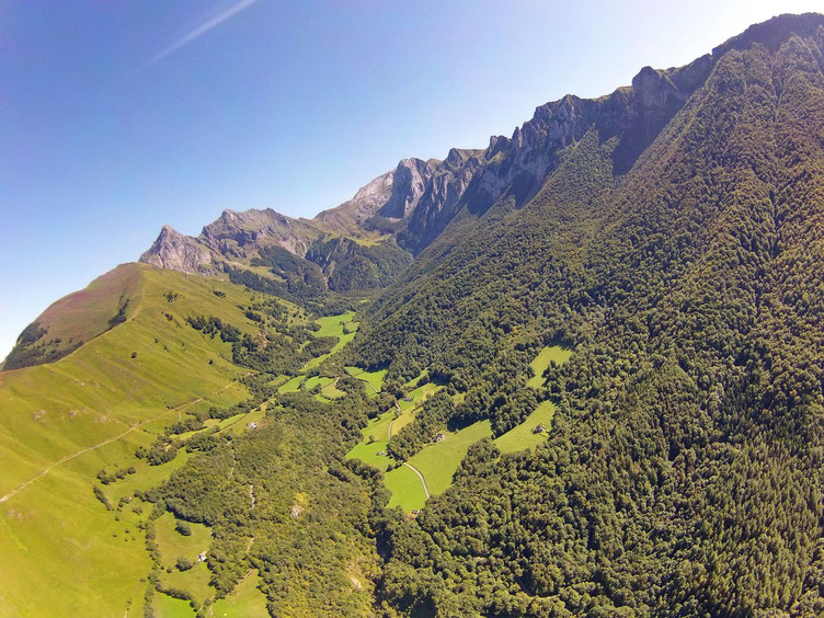 Le vallon de La Berthe jusqu'au Permayou au fond.