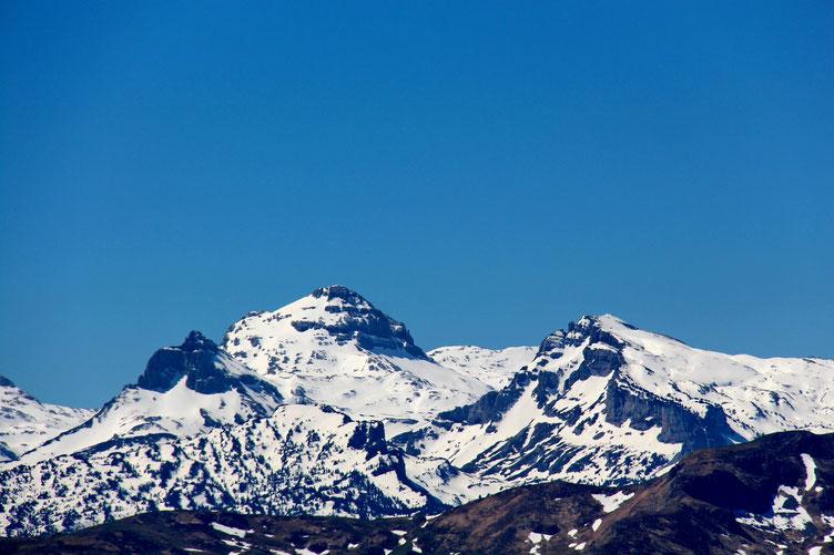 Zoom sur le Pic d'Anie encore bien enneigé.