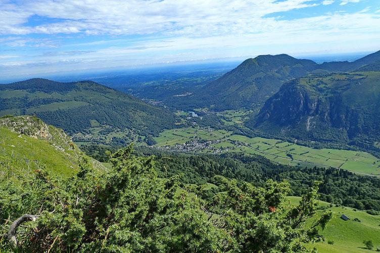 En bas, Bielle avec l'entrée de la vallée d'Ossau.
