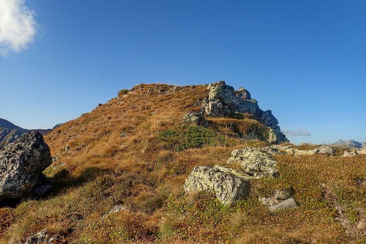 Finalement, la barre rocheuse s'est négociée sans problème et le sommet n'est plus très loin.