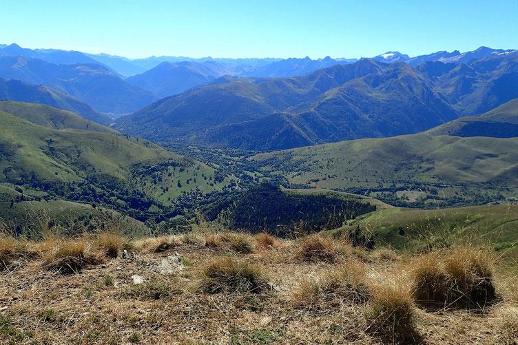Je redescends d'une vingtaine de mètres, et là, plus aucune mouche. Pause repas avec vue sur les montagnes haut-garonnaises.