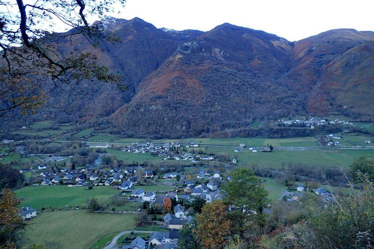 Montée très très raide et donc rapidement belle vue sur la vallée d'Ossau.