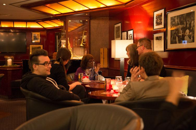 Autoren in der Hotelbar, u.a. Michael Stavaric, Patricia Smith, Martin von Arndt und Christoph Simon