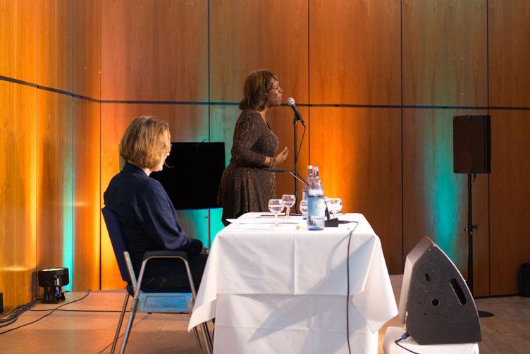 Lyrikerin Patricia Smith rezitiert großen Sprachsalz-Abend. Foto: Denis Mörgenthaler