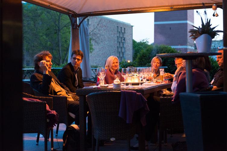 Autor Rolf Lappert (links) u.a. auf der Parkhotel-Terrasse