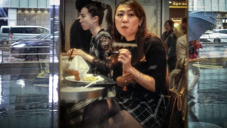 Japonaise au déjeuner, Tokyo, photo non libre de droits