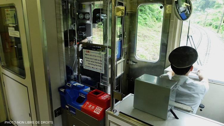 Dans la cabine d'un train japonais, Japon
