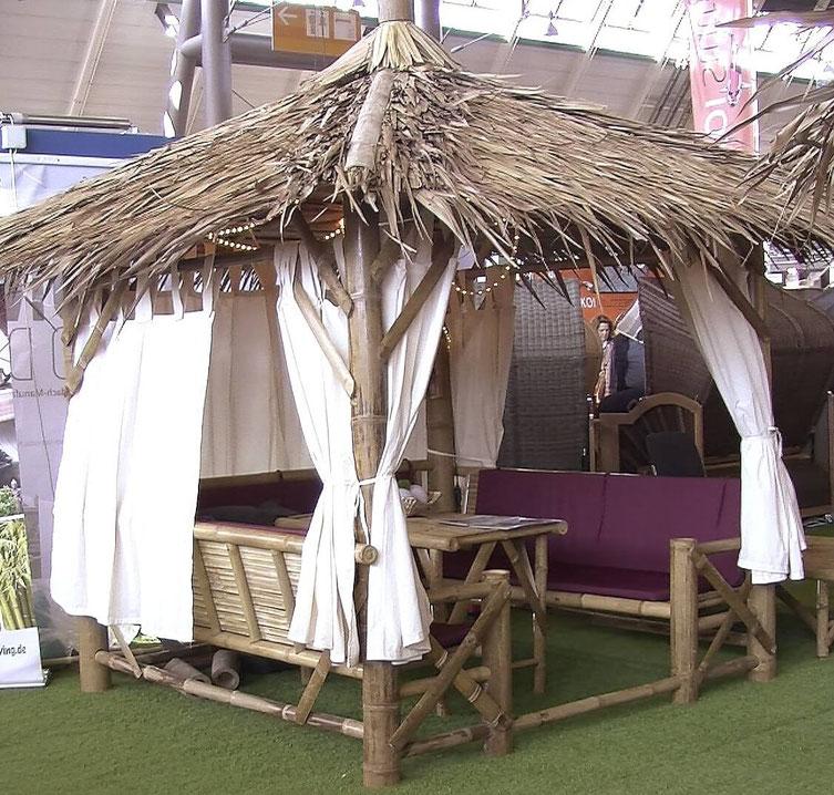 Bis zu 8 Personen finden im Bambuspavillon Platz. Die Vorhänge sind aus weißem Nesselstoff.