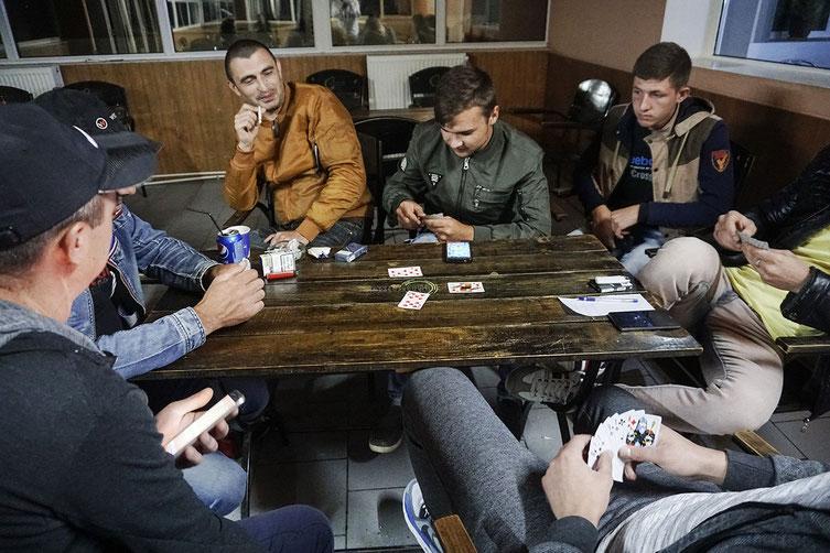 Männer in einer Kneipe. Eigentlich wollen alle weg. Foto: Éric Vazzoler