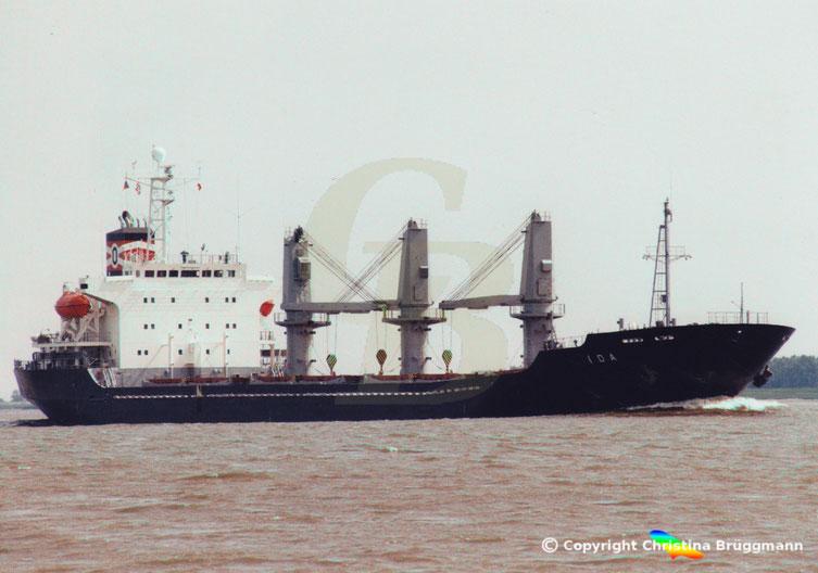 """Bulkcarrier """"IDA"""" bei Ausreise von Hamburg abgeladen auf der Elbe 06.2001"""