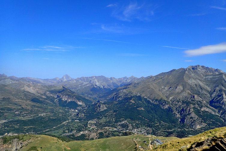 Vers le Nord, on distingue le Pic du Midi d'Ossau.