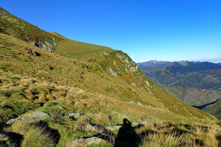 Le sentier passe au dessus de la barre rocheuse pour contourner le Cabaliros.