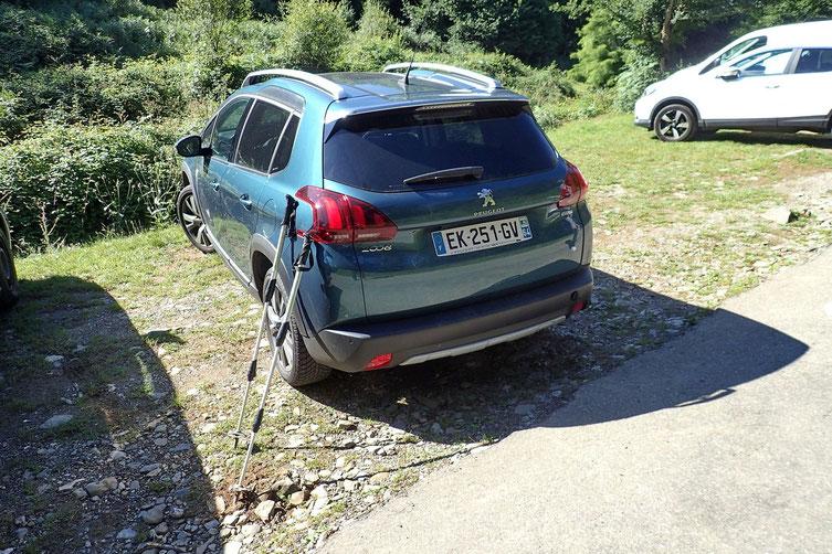 Parking de la petite église de Houndas.
