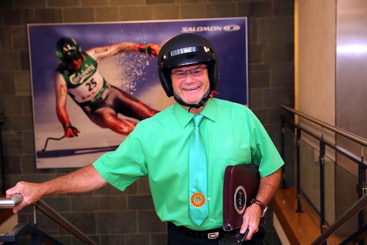 der neue Obmann u. Kanzler Peter Lanz erscheint gut gelaunt und mit Helm bewaffnet zum Dankeschön-Fest