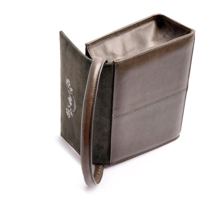 Dirndltasche aus Leder versandkostenfrei kaufen. Farbe grau mit Stickerei. OWA Tracht Ledermanufaktur