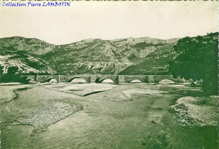 Le pont d'Aiguines, classé monument historique, noyé par le barrage (image internet)