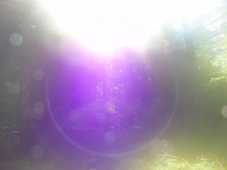 Portal in lila, tanzende Kugeln, Quelle: www.lichtwesenfotografie.com