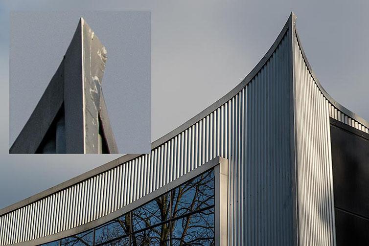 Im Test: Gebäudedach, Architekturfotografie mit SONY Alpha 7s2 und LEICA Elmarit-M 2,8/90 mm sowie NOVOFLEX NEX/LEM-Adapter. Foto: Klaus Schoerner
