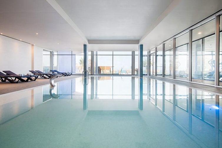Reflecties in het water van een binnen zwembad