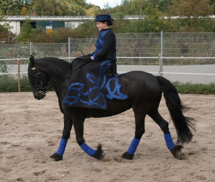 blauer Damensattelrock mit passender Weste, Bluse sowie Schmuckschabracke