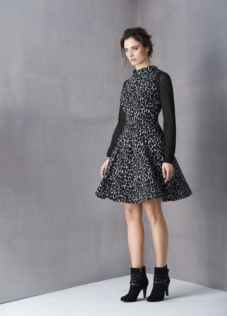 Fox´s Kleid schwarz weiß ausgestellt mit hohem Kragen