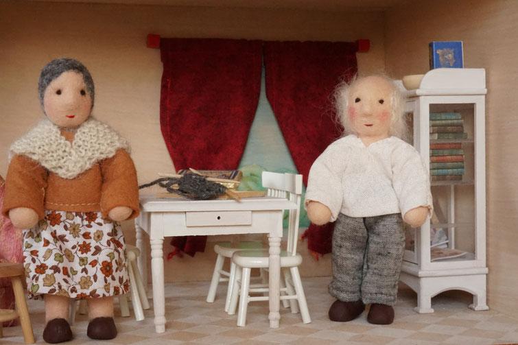 Biegepüppchen, Puppenhauspuppen, Oma und Opa, Großeltern, Puppenhaus, WunderFilzig, Susanne Schillinger, Künstlerpuppe