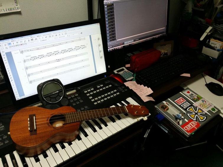 自宅の仕事部屋!!片方のモニターにはレコーディングの作業の画面が映り、もう片方は楽譜が映ります!