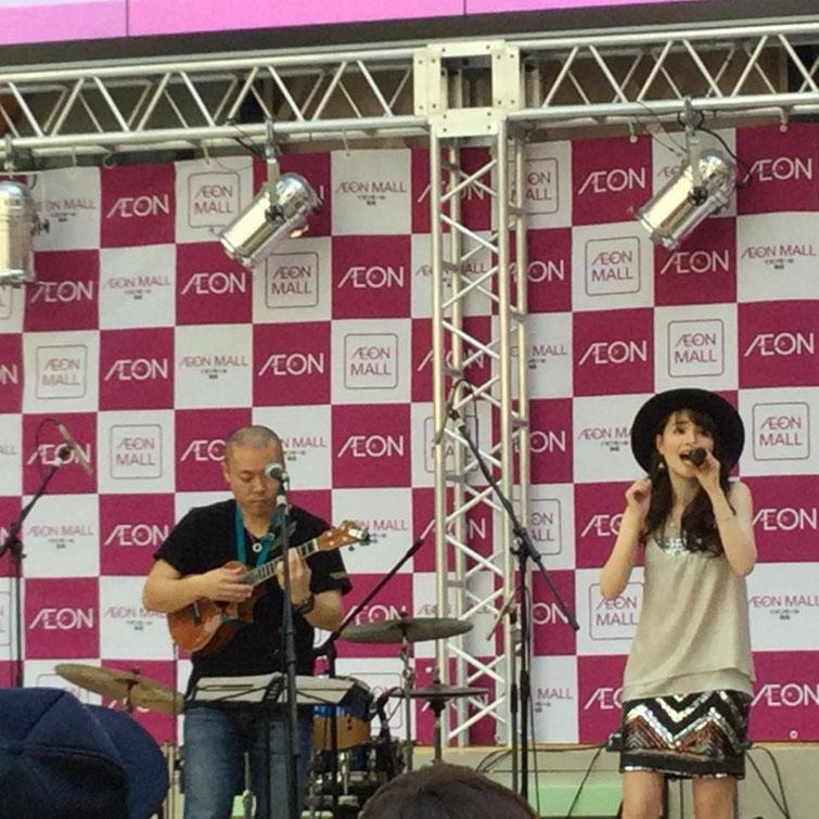 """高田由香さんとのコラボ!高田さんのオリジナル曲""""記憶""""という曲を伴奏させて頂きました☆高田さんの綺麗な透き通った声が会場に響きわたりました!"""
