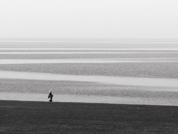 Seaview, Seeblick, Meerblick, Allein, gemießen, Nordsee, Wattenmeer, monocrome, black and white, schwarz-weiss, Schwarzweissfotografie, kreative Fotografie, Fototipps